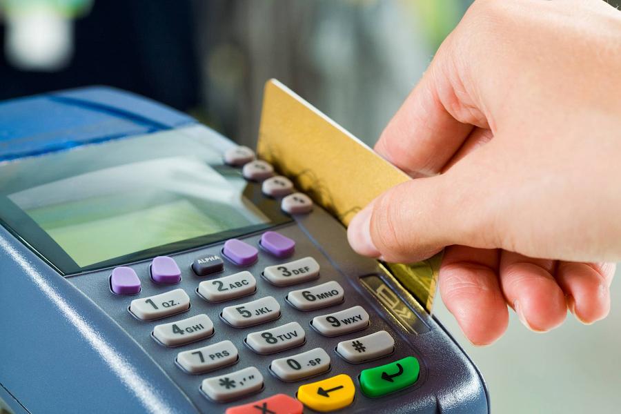 Пенсионерам придется платить за операции по банковской карте